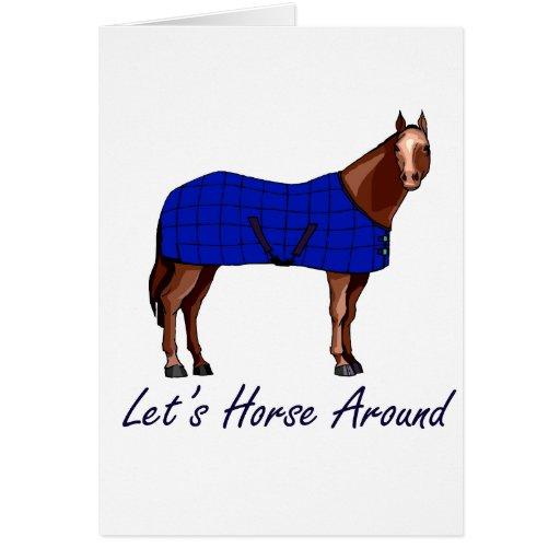 Deja el caballo alrededor de la manta azul de tarjeta pequeña