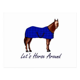 Deja el caballo alrededor de la manta azul de tarjetas postales