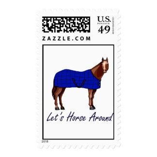 Deja el caballo alrededor de la manta azul de timbre postal
