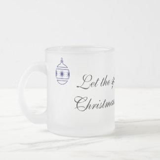Deje el alcohol del terraplén del navidad su taza de café esmerilada