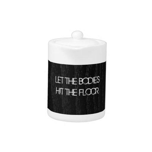 Deje los cuerpos golpear las letras del piso en la