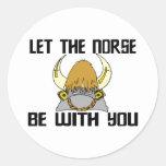 Deje los nórdises estar con usted pegatina redonda