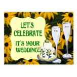 Deje nos celebrar, el champán y el pastel de bodas tarjeta postal