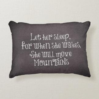 Deje su sueño que ella moverá cita de las montañas cojín decorativo