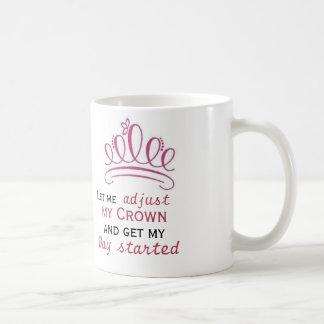 déjeme ajustar mi corona y conseguir mi día taza