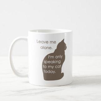 Déjeme me solo están hablando solamente a mi gato taza clásica