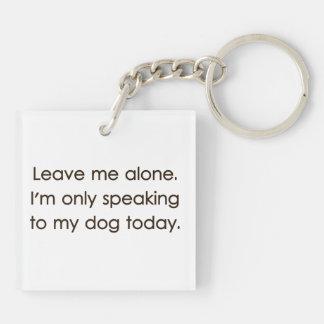 Déjeme me solo están hablando solamente a mi perro llavero cuadrado acrílico a doble cara
