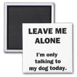 Déjeme solo.  Estoy hablando solamente con mi perr Iman De Nevera