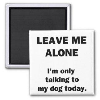 Déjeme solo.  Estoy hablando solamente con mi perr Imán Cuadrado
