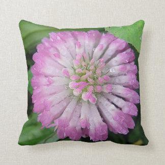 Dekokissen pink Kleeblüte with water drops Throw Pillow
