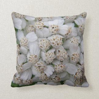 Dekokissen small white game blooms throw pillow
