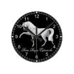 Del andaluz reloj de pared blanco del caballo PRE