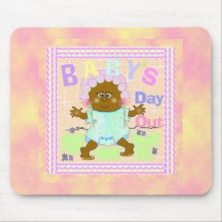 Del bebé del día bebé africano hacia fuera tapetes de ratones