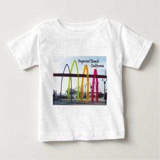 Del bebé del nombre playa imperial de Surfhenge T-shirts