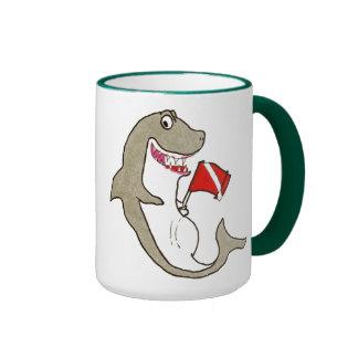 Del buceador tiburón hambriento abajo taza a dos colores