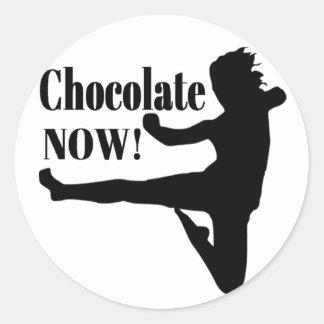 Del chocolate silueta negra ahora - pegatinas redondas
