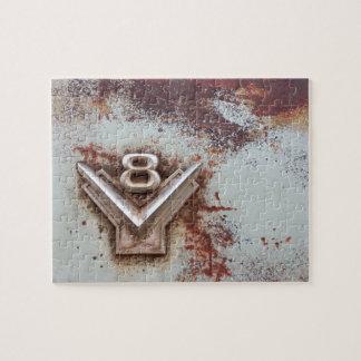 Del coche clásico: Emblema viejo oxidado de v8 en Puzzles Con Fotos
