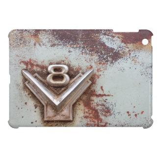 Del coche clásico: Vieja insignia oxidada de v8 en
