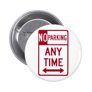 Del estacionamiento prohibido señal de tráfico en  pin redondo de 2 pulgadas