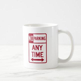 Del estacionamiento prohibido señal de tráfico en  taza básica blanca