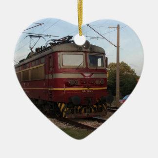 Del este - tren de mercancías europeo adorno navideño de cerámica en forma de corazón