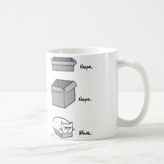 Del gato ajustes enojados totalmente en esta caja taza de café