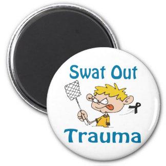 Del golpe violento imán del trauma hacia fuera
