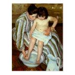 Del niño de Mary Cassatt el baño (circa 1892) Tarjetas Postales