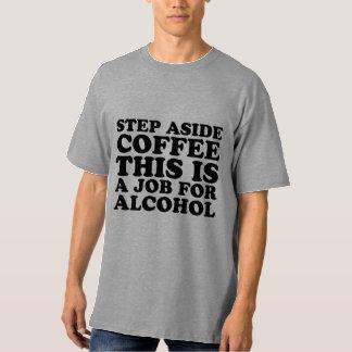 Del paso camisa del café a un lado