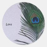 Del pavo real todavía de la pluma vida blanca pegatina redonda