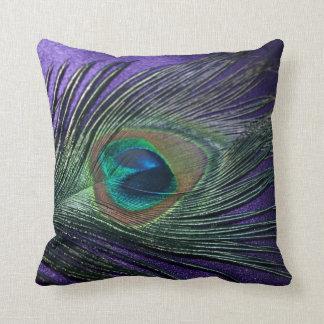 Del pavo real todavía de la pluma vida púrpura cojín decorativo