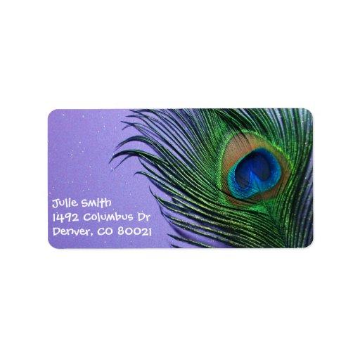 Del pavo real todavía de la pluma vida púrpura en etiqueta de dirección