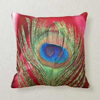 Del pavo real todavía del rojo vida sedosa cojín decorativo