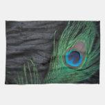 Del terciopelo del pavo real todavía de la pluma v toallas de cocina