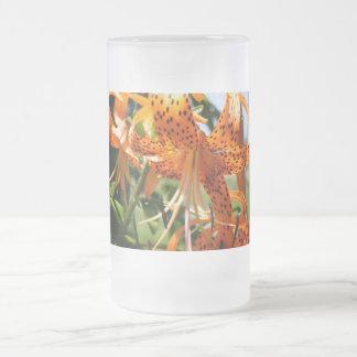 Del tigre floraciones lilly taza de cristal