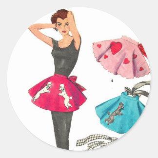 Delantal retro de la falda del caniche de la moda etiqueta redonda