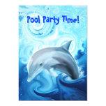 Delfín amistoso que juega en la invitación del