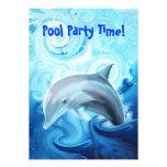 Delfín amistoso que juega en la invitación del océ