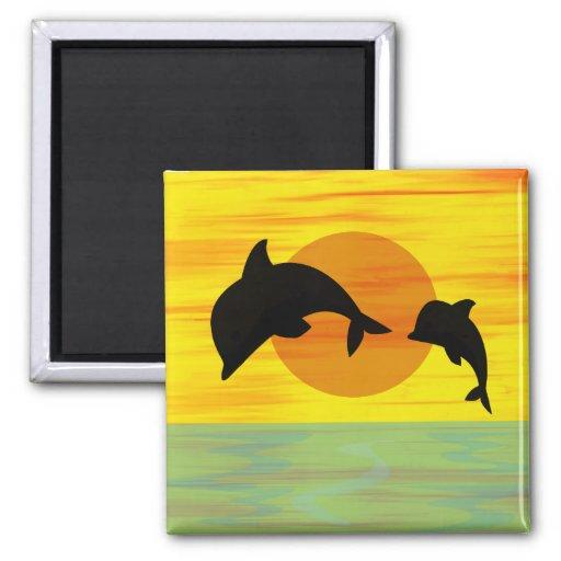 Delfín de la madre y del bebé que salta fuera del  imanes de nevera