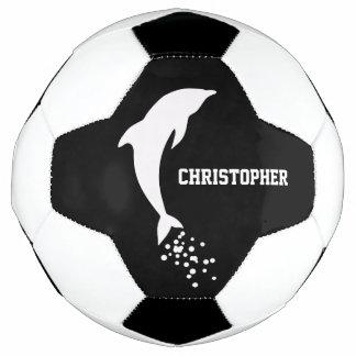 Delfín de salto blanco con el balón de fútbol de