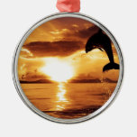delfín de salto con puesta del sol hermosa sobre adorno de navidad