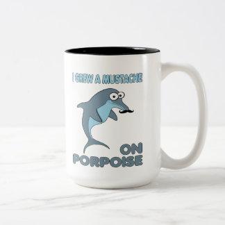 Delfín del bigote en masopa taza de dos tonos
