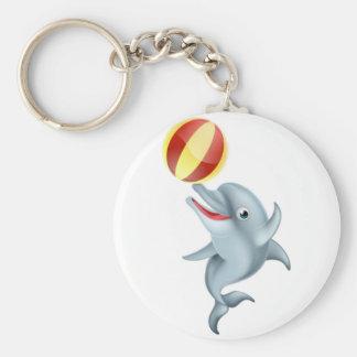Delfín del dibujo animado que juega con la bola llavero redondo tipo pin