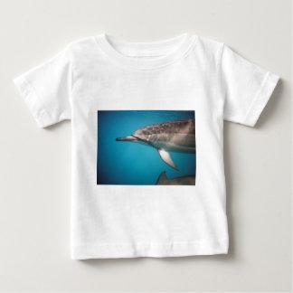 Delfín del hilandero playera de bebé