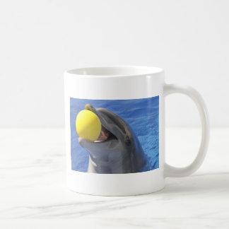 Delfín del retrato con una bola en la boca taza de café