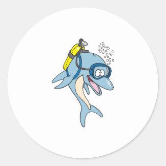 delfín divertido del buceo con escafandra etiqueta redonda
