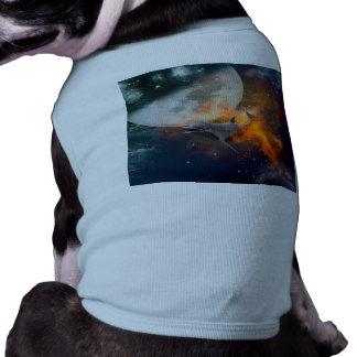 Delfín divertido en el universo playera sin mangas para perro