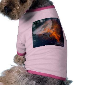 Delfín divertido en el universo camiseta con mangas para perro