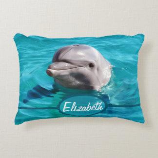Delfín en foto del agua azul cojín