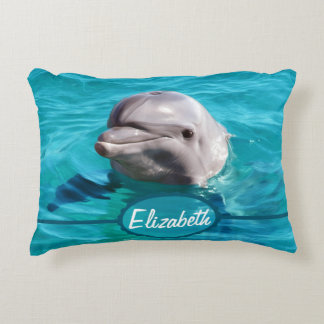 Delfín en foto del agua azul cojín decorativo